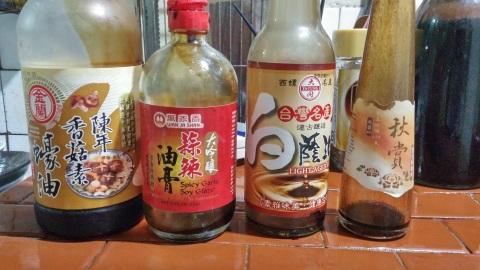 今日要處理掉的空醬油瓶;大同秋賞黑豆醬油膏、大同白醬油、萬家香香蒜醬油膏、金蘭素蠔油醬油膏。