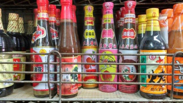 有引進良泉醬油、龍宏跟魷魚標等其他地方難見的產品。