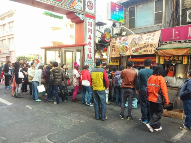 買胡椒餅要排隊---饒河街最知名的那家