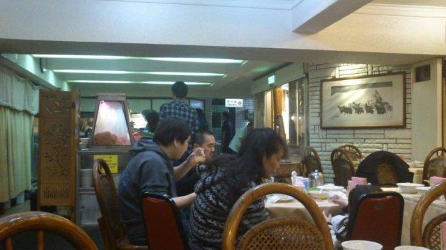 吃蒙古烤肉要排隊; 這家都用炭火,經過時都可以聞到很香的炭火烤肉香- 唐宮