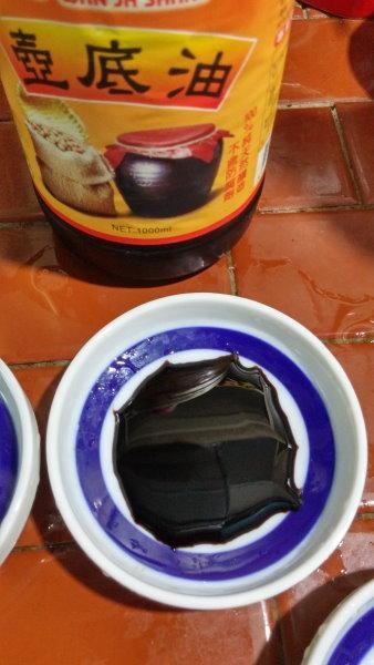 放在冰箱多年的萬家香壺底油,醬味變很濃,醬色變得跟墨水差不多。吃是可以吃,但風味跟原本的差異很大。
