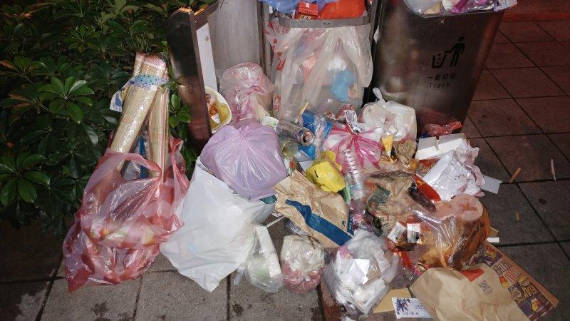 松江路低落道德心的居民總是把私人垃圾丟在行人專用垃圾桶