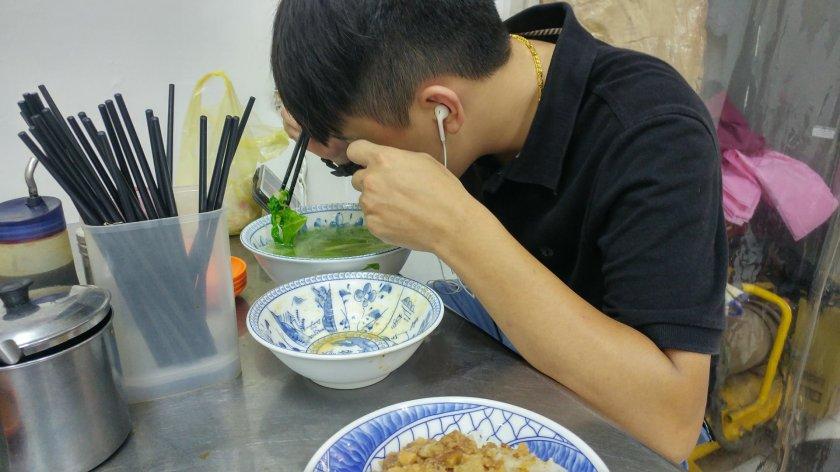 吃飯必須看著手機跟帶耳機-02