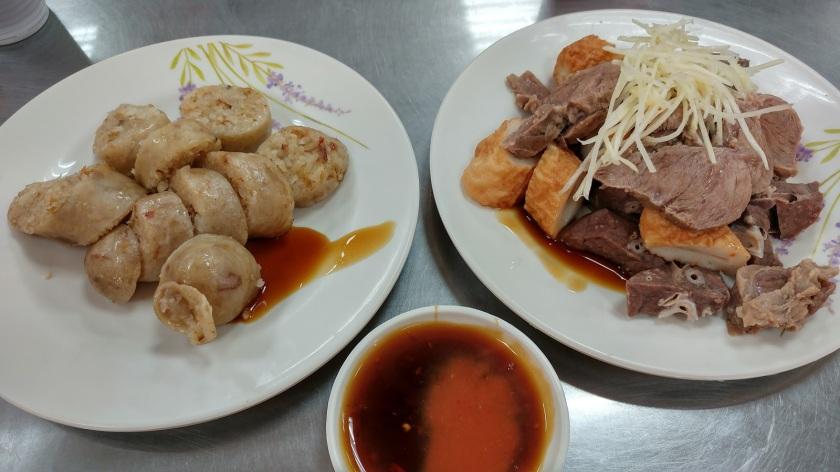 基隆孝三路大腸圈甜辣醬跟辣椒醬油