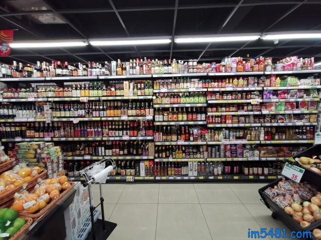 台灣全聯超市的醬油貨品架