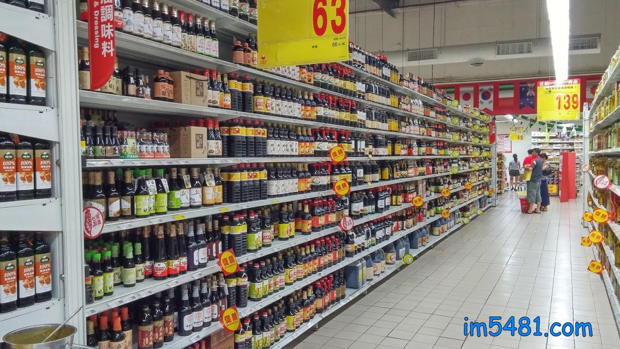 台灣大潤發醬油貨品架