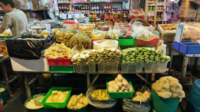 吳氏醬菜 醬菜攤上的醃瓜跟醬菜
