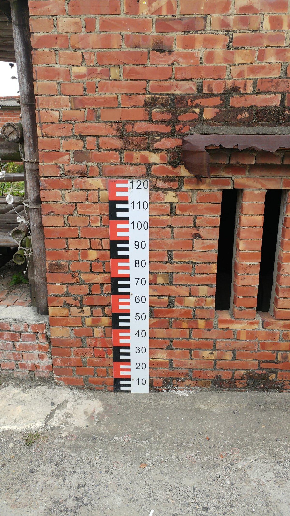 海邊村莊路口牆壁上的標尺是做什麼用途呢?
