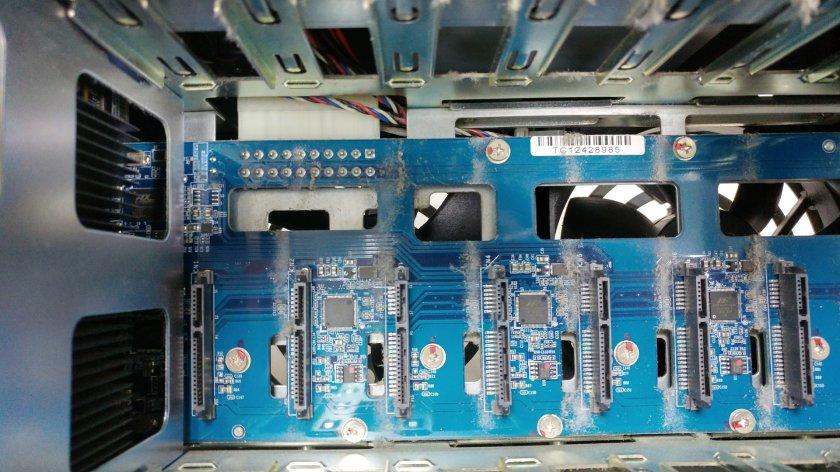 QNAP TS-869 PRO 機殼內的灰塵