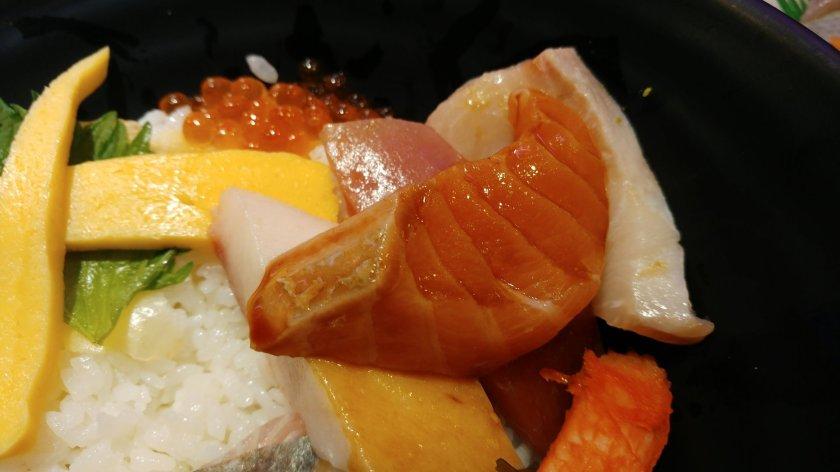 御用藏生跟鮭魚生魚片