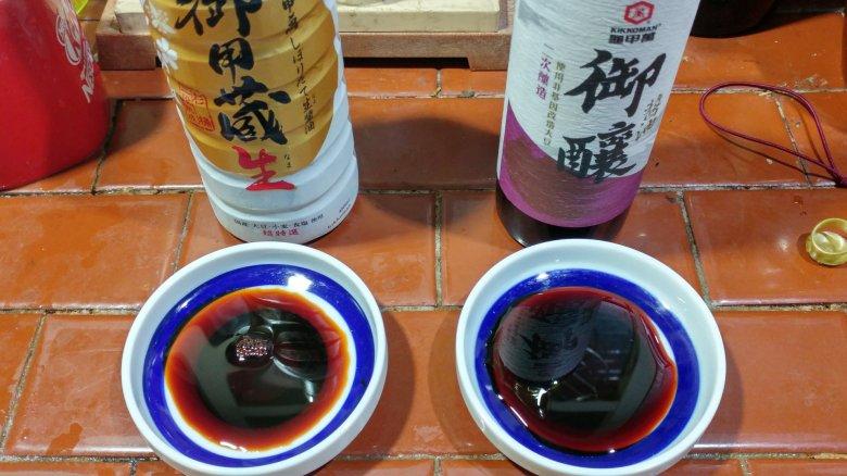 左邊是日本龜甲萬 御用藏生。  右邊是台灣統萬龜甲萬 御釀醬油 醬色