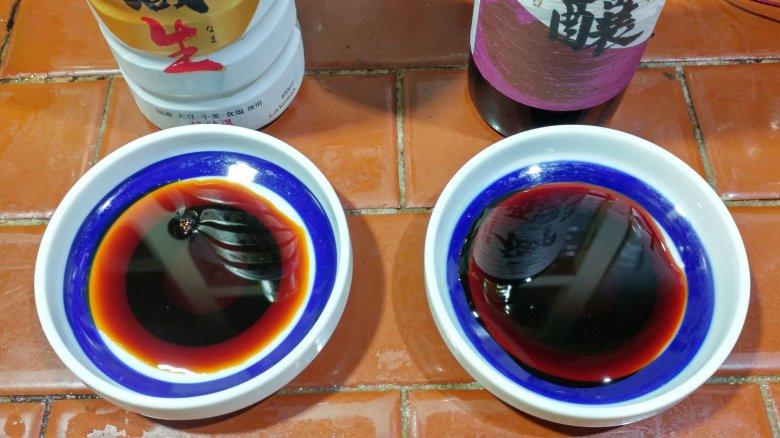 左邊是日本龜甲萬 御用藏生。 右邊是台灣統萬龜甲萬 御釀醬油