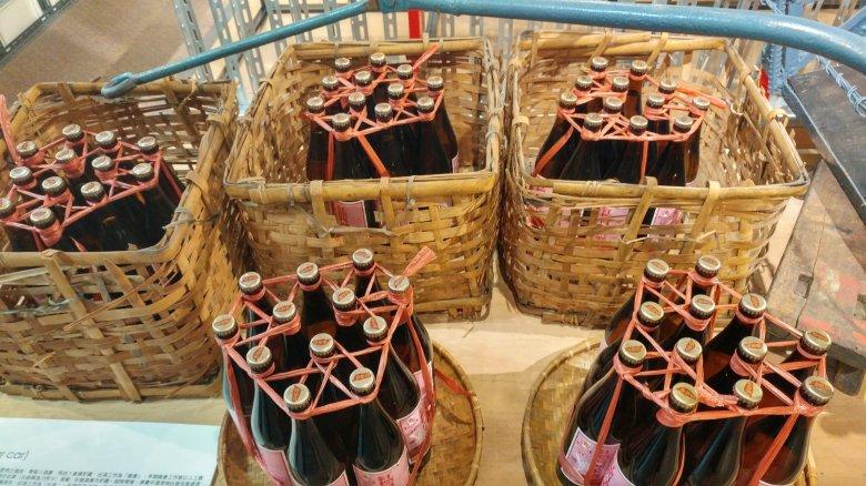 傳統的醬油,汽水,酒瓶的一打綁法。