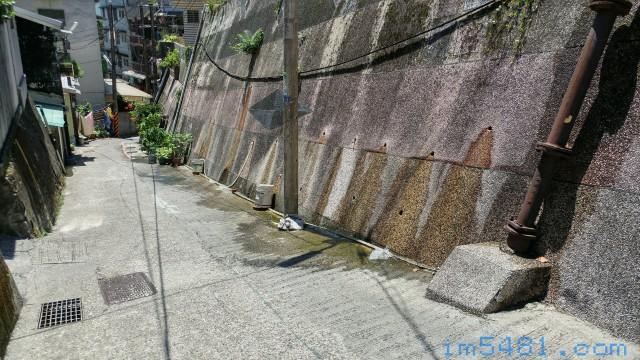 基隆看房子-山坡山壁排水。 如果有朝一日這山壁沒有排出適量的水,例如前幾天下大雨,但水流很小,那...山壁或山坡上方跟下方的居民就必須要盡快撤離!