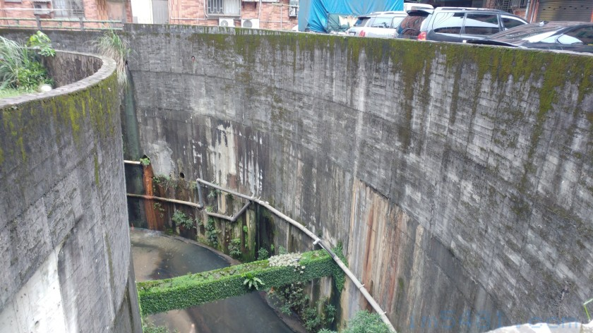 大慶大城排水溝擋土牆,位於社區斜坡的下方,深度約有三樓。單憑擋土牆根本無法阻止地層滑動。