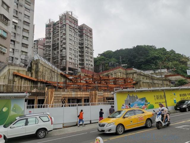 這個其實是挖山而建,緊鄰光華社區跟一個山,所以有很大型的擋土牆,並且廠商用的鋼筋、鋼樑規格都很實在。