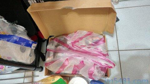 過碳酸鈉的保存最重視防水氣、防熱、防光照,我用塑膠袋加紙盒跟報紙防止水氣、熱、光直接接觸到過碳酸鈉。