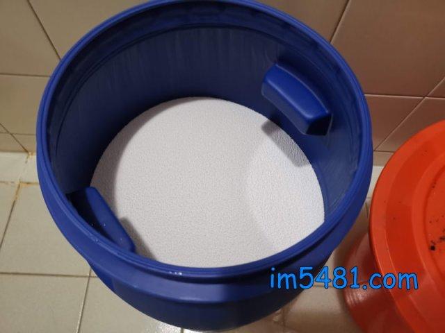 25公斤過碳酸鈉倒進30L化學桶的剩餘空間