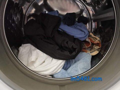 放進待洗衣物-滾筒式洗衣機