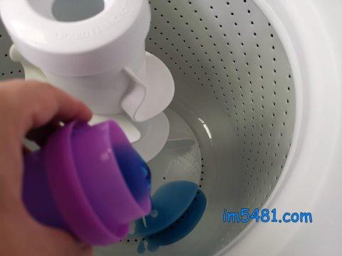 直立式洗衣機倒進洗濯洗劑於洗衣槽底部