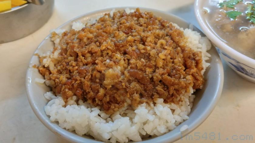 2018年12月07日的阿金滷肉飯跟肉羹湯,瘦肉變少跟變小,油蔥頭也少了許多~!