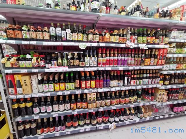 全聯的醬油貨架(這還是小店面的全聯),如果沒有看到的話,可以請問店員有沒有貨?