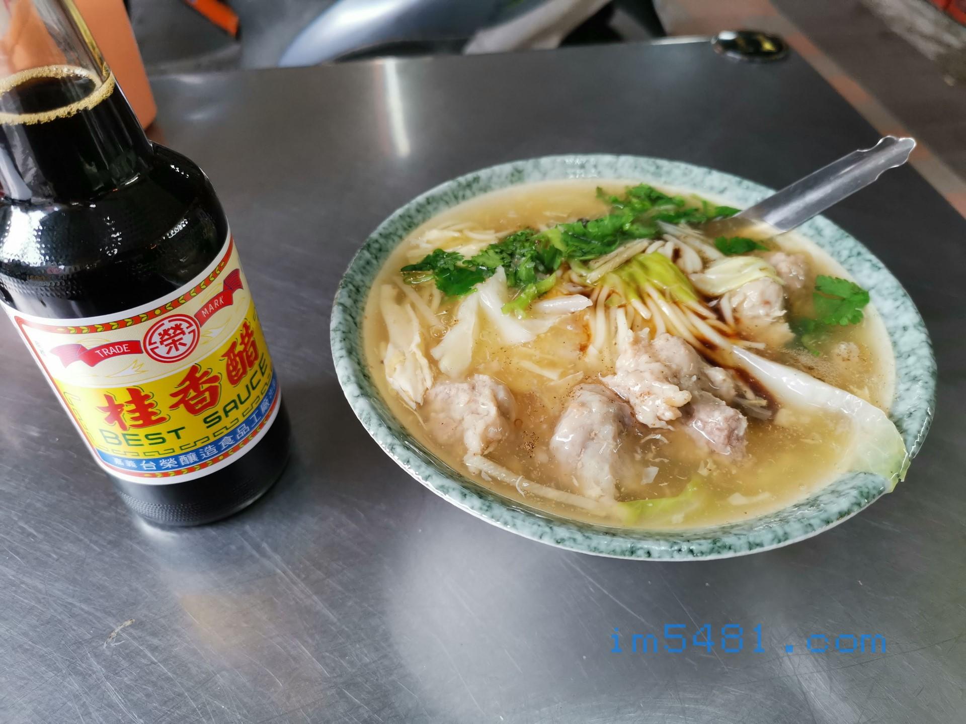早餐 景新肉羹麵搭配台榮桂香醋,這醋好香啊! 我吃完麵之後,身上會有一股很香的醋味。
