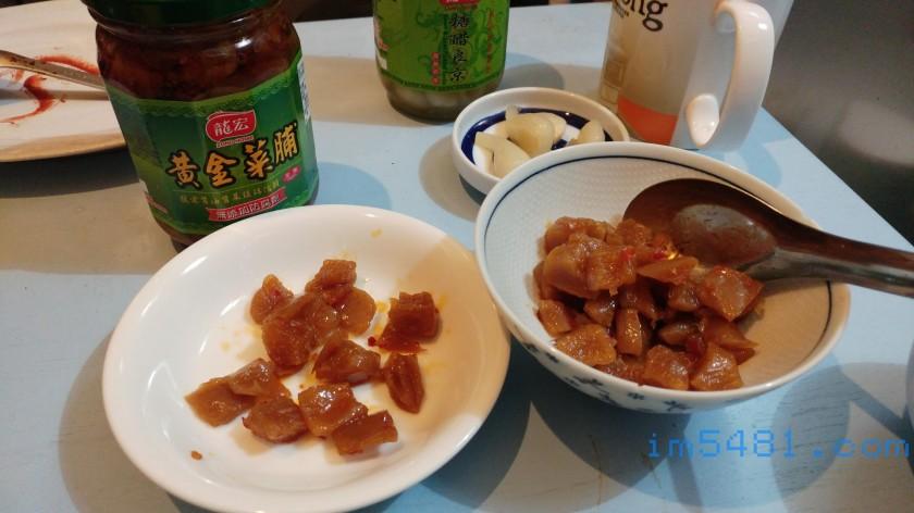 黃金菜脯-右邊是吳氏醬菜黃金菜脯,左邊是龍宏黃金菜脯