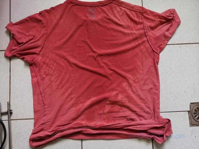 我穿一個上午的衣服,可以看到整個頸部、肩膀、背後都是滿滿的汗水。(然後實際上還有皮脂污垢,以及悶熱產生的臭味。)