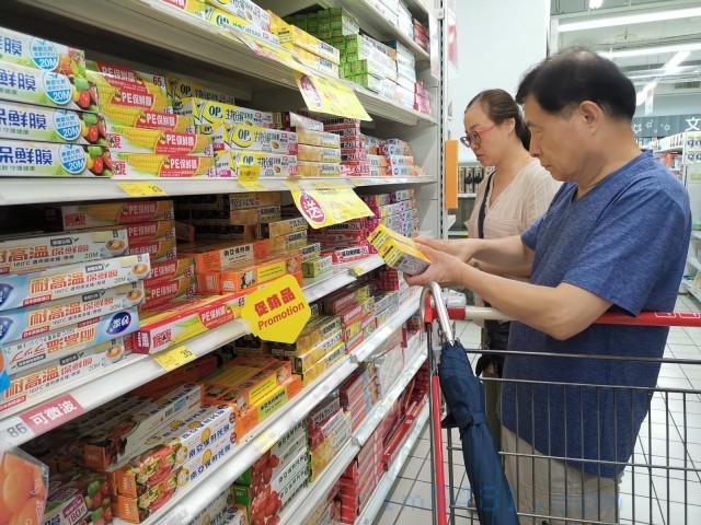 大部分的台灣民眾還是以價格跟品牌知名度都優先挑選吳羽保鮮膜或南亞保鮮膜,實際上這種PVC或PVDC保鮮膜是非常不適合包裝烤肉盤的烤肉食材。