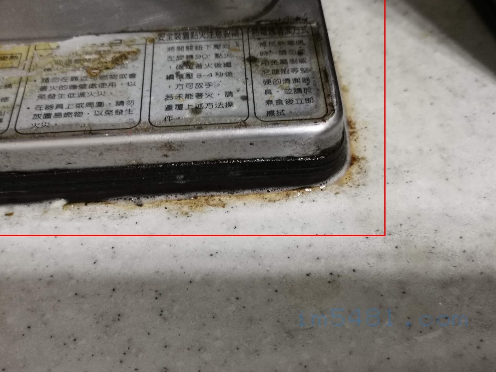 前屋主所遺留的變質超黏油垢,嵌入瓦斯爐旁邊的膠條都是變質超黏且難以清除的油垢(紅色區域全都是)。噴上廚房魔術靈 橘油捷淨噴槍瓶來看效果。