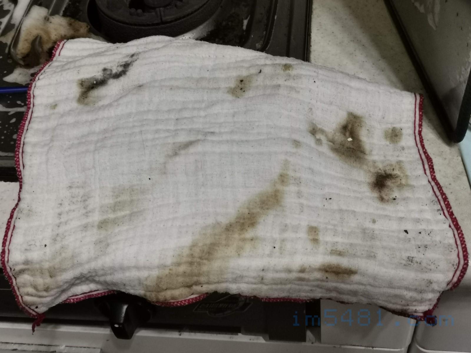 抹布吸收了大量油垢