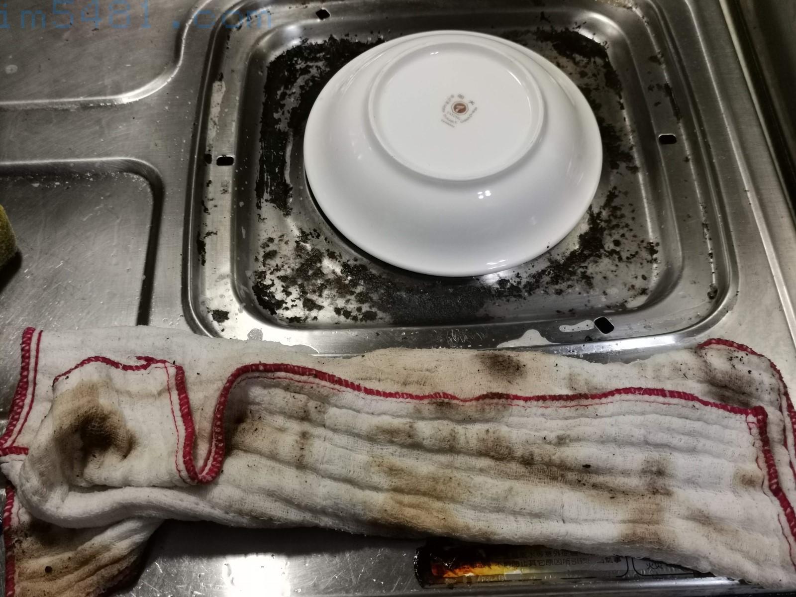 清理瓦斯爐的油垢用抹布就可以擦掉,整個抹布都是油垢