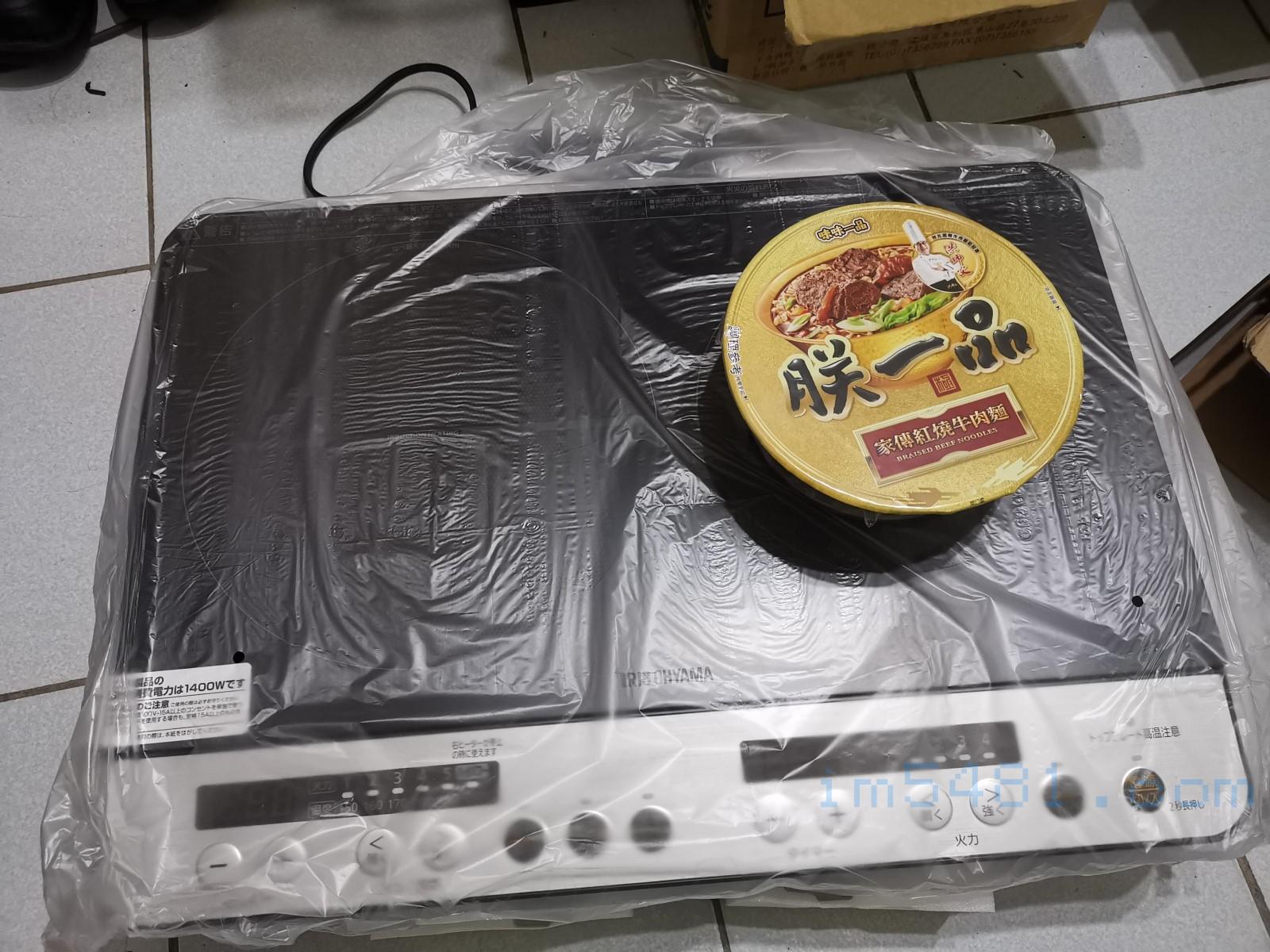 IHK-W12SP-B 雙口爐跟味味一品大碗泡麵的大小比較