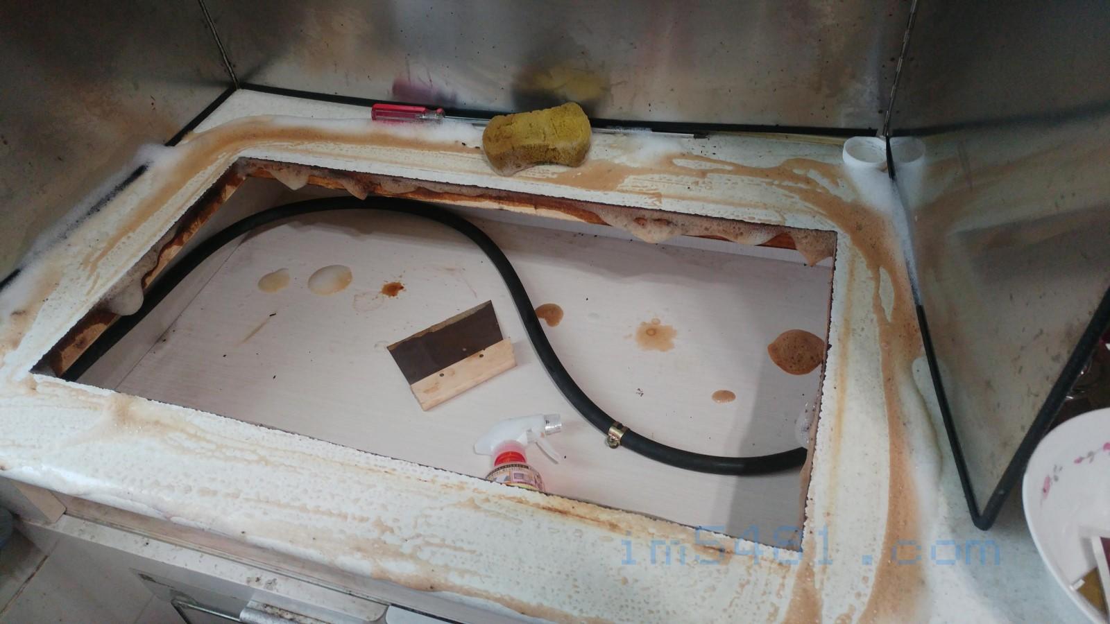 使用花王Magiclean 廚房魔術靈橘油捷淨噴槍瓶清除油垢
