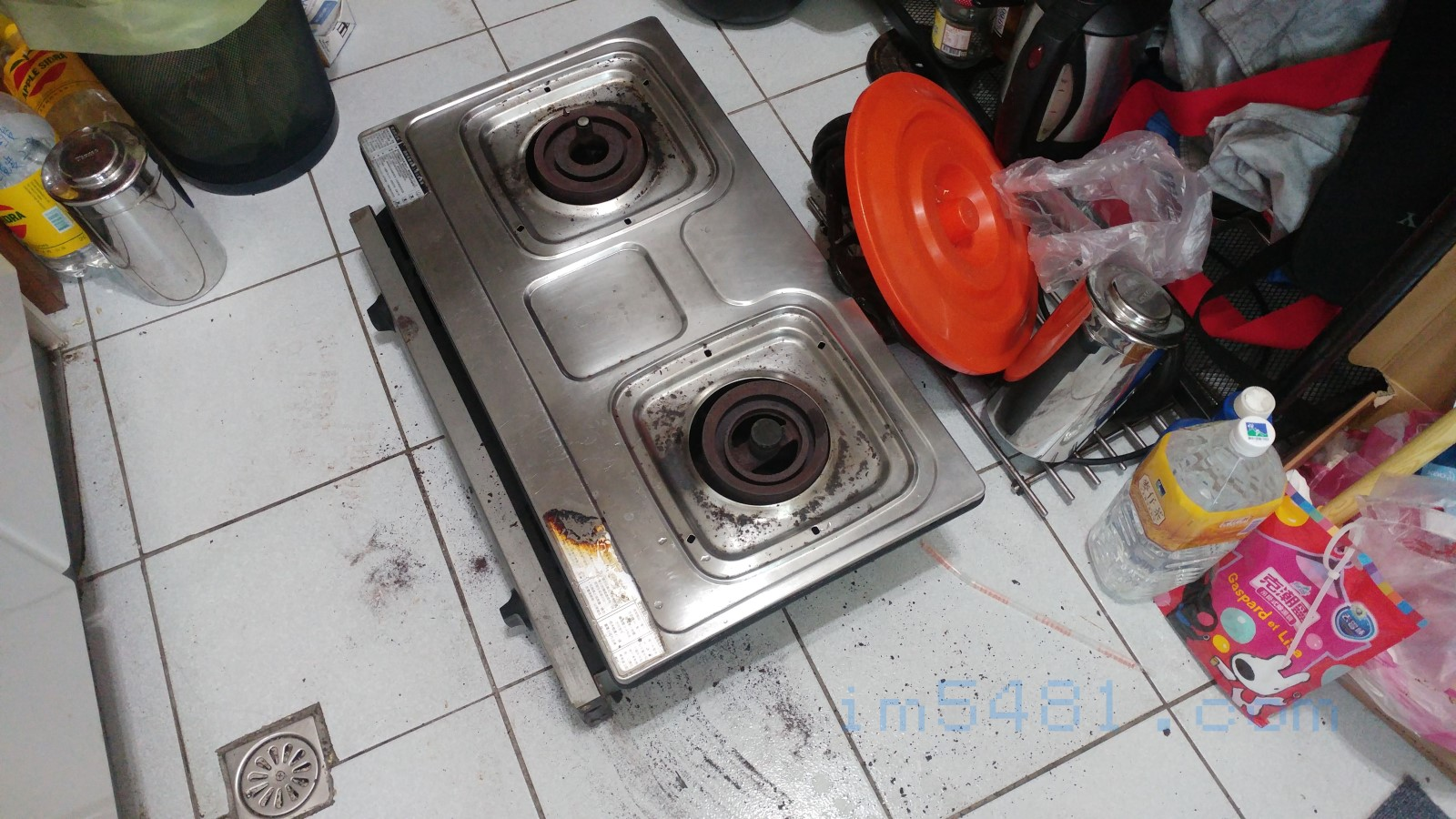 取下來的櫻花崁入式瓦斯爐。記得! 日後一定要買耐熱玻璃板版的,這才好清潔!