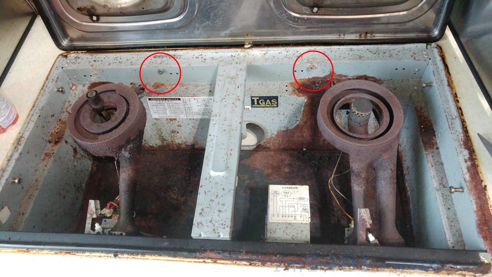 崁入式瓦斯爐只有用了兩個螺絲固定,拔下之後就可以取下瓦斯爐。