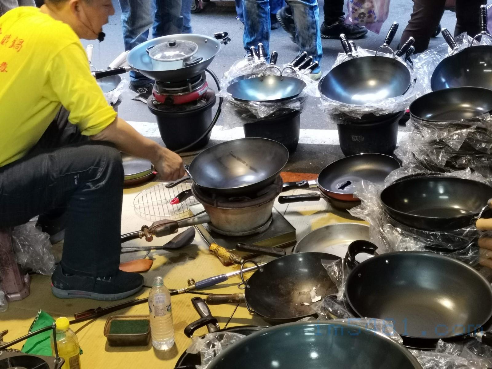 火槍牌鐵鍋老闆在示範鐵鍋跟一般不沾鍋鋁合金材質的差異,那些被燒穿的平底鍋都是現在燒給你看!
