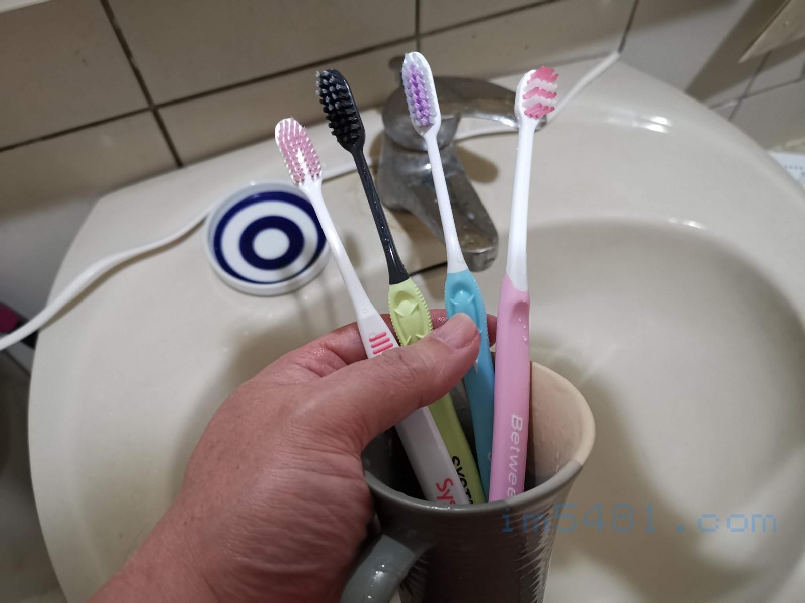真正設計好的牙刷都可以刷到第三大臼齒背面,並且有專用臼齒牙刷可以選擇。從左邊算來三隻牙刷是我近期會用的牙刷組,每次都是輪流用牙刷。近期又多了右邊的臼齒刷。