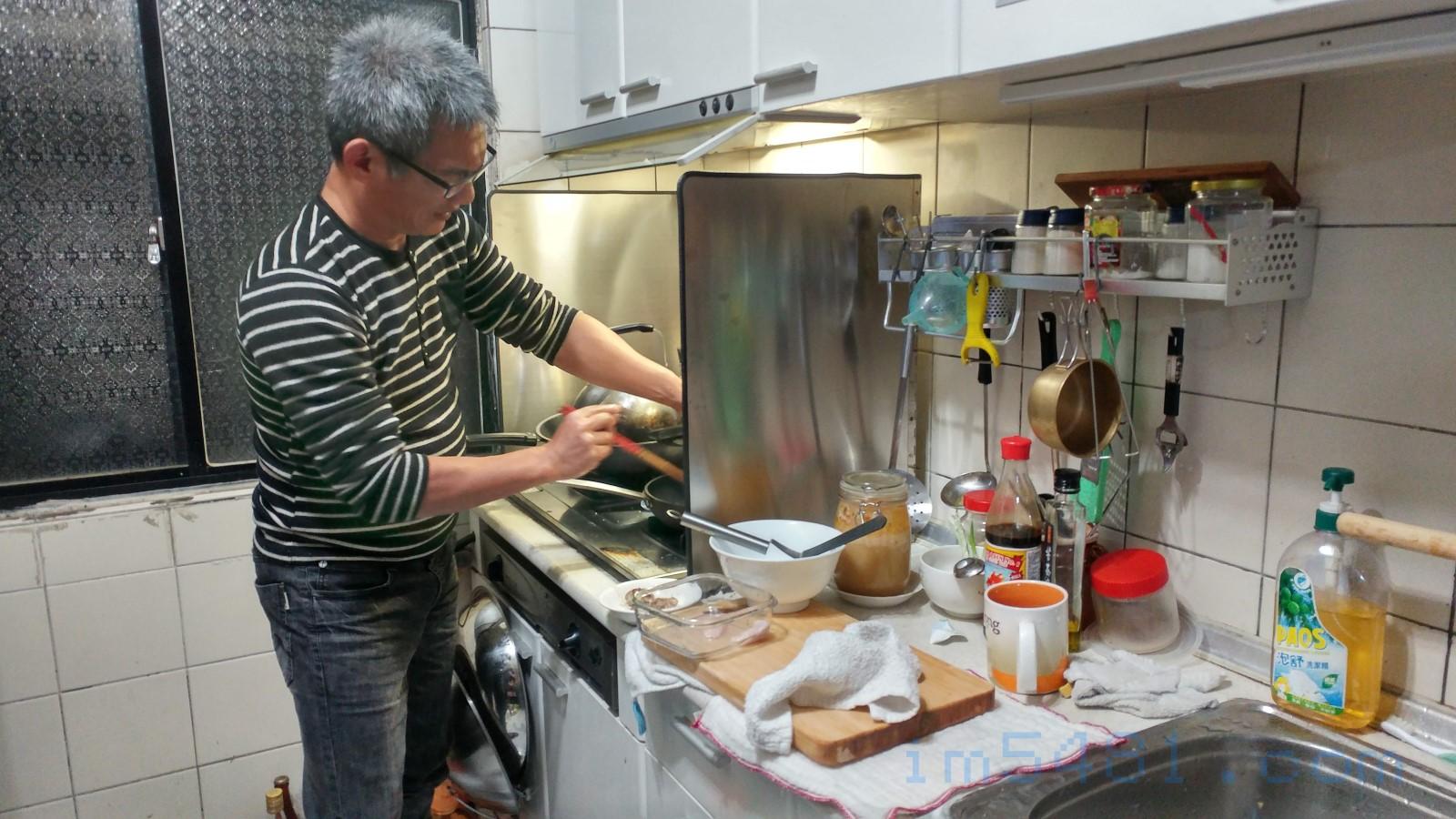 王廷羽親自送魚到我基隆家裡順便幫我煎檸檬魚內臟