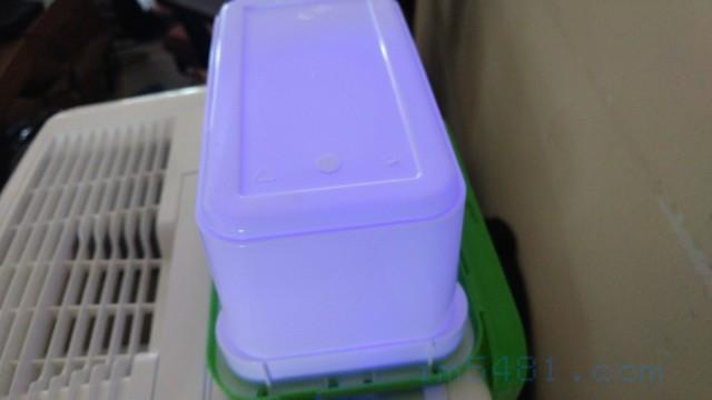 這是Dalli強力雙效洗衣膠囊的包裝塑膠盒子,因為洗衣膠囊溶破了一顆,結果成分中的螢光增白劑造成整個盒子有螢光反應。