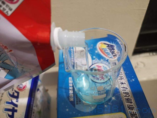 日本獅王抗菌濃縮洗衣精1160g補充包只要有量杯,就可以重複鎖上瓶蓋使用