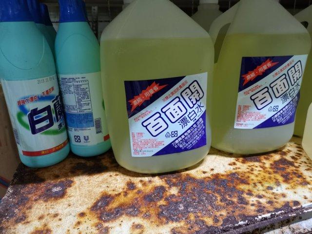 百面開營業用漂白水,其為透光HDPE材質塑膠瓶