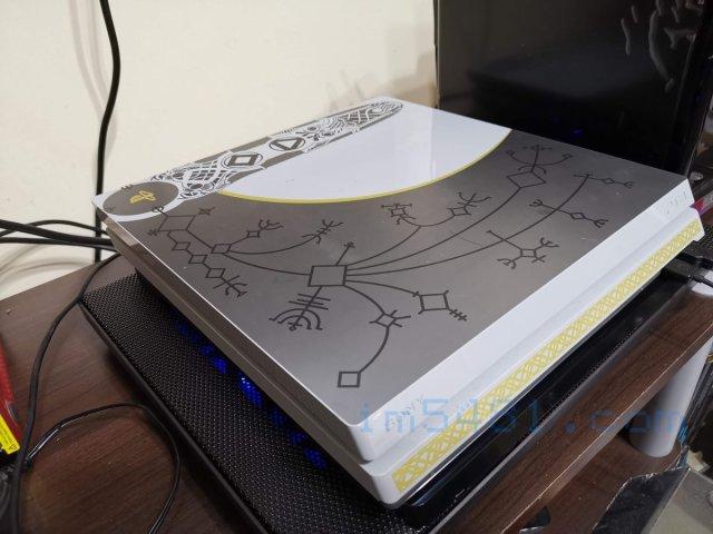 將PS4 PRO放置於Esense E-C11 冷光五風扇筆電散熱墊上方,就可以享受安靜。