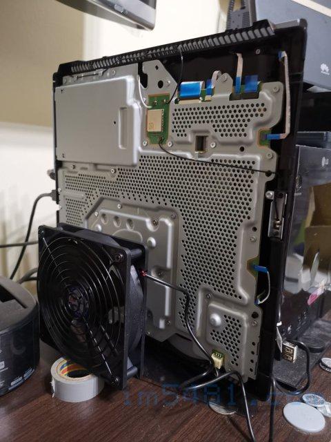 將拆開下蓋的PS4 PRO直立,然後使用JetArt USB供電12cm 靜音風扇吹最熱的位置散熱。