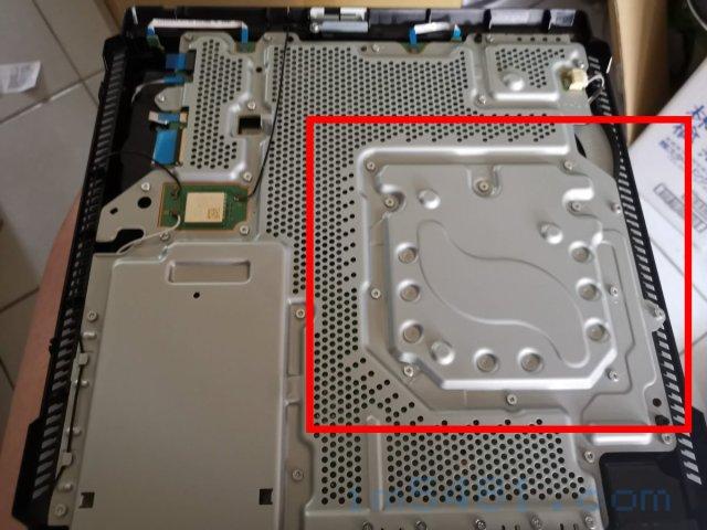 PS4 PRO下蓋拿開之後,就可以看到主機溫度最熱的位置