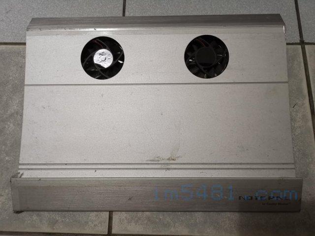 我的Coolmaster筆電散熱墊,其為有兩個風扇跟鋁質金屬製成的筆電散熱墊