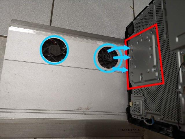 該筆電散熱墊風扇剛好可以直接吹到PS4 PRO主機最燙的位置