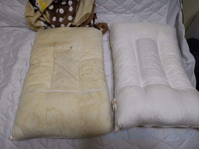 變黃的枕頭心跟新的枕頭心,可見兩者的差異