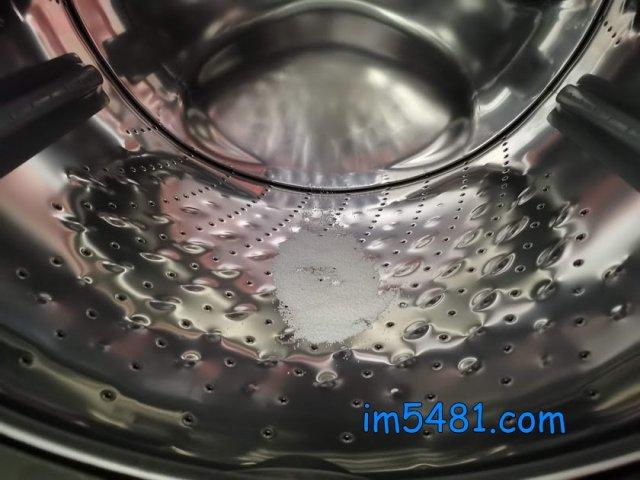先在洗衣機放入適量的過碳酸鈉,當成助洗劑